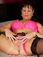 Stunning cougar Elise Summers dildos her older pussy.